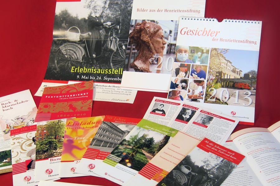 Plakate, Flyer, Postkarten, Einladungskarten, Programmhefte, Kalender